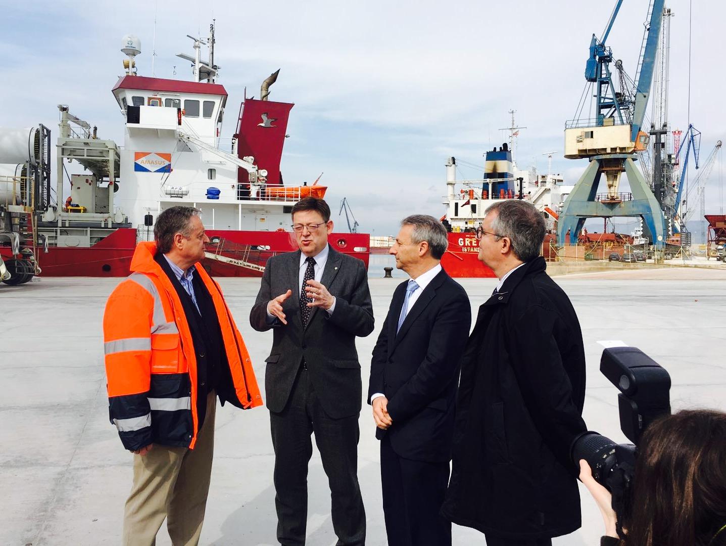 Juan Sarrasqueta muestra la carga de palas eólicas al presidente de la Comunidad Valenciana